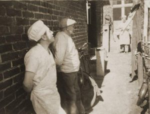 Im Hof - August Bomkamp (rechts) mit Geselle, ca. 1938