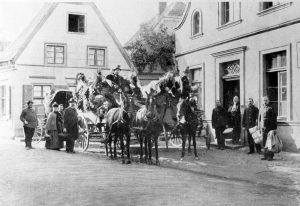 Postkutschenabfertigung vor dem Hotel Föcking