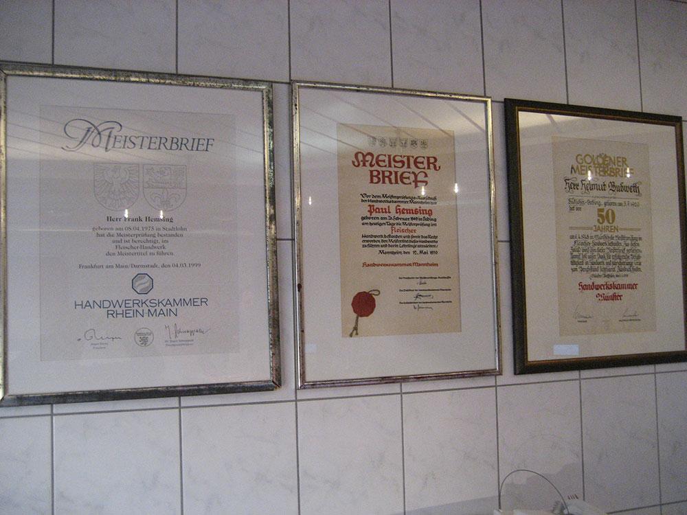 Drei Meisterbriefe als Beleg für handwerkliche Qualitätsprodukte: der goldene Meisterbrief für den Geschäftsgründer Helmut Budweth, Meisterbrief Paul Hemsing, Meisterbrief Frank Hemsing.
