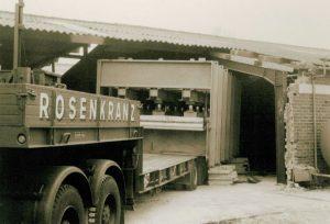 Anlieferung der ersten Durchlaufpresse im Jahre 1970. Der Anspruch des Unternehmens war es immer, technisch auf der Höhe der Zeit zu sein.