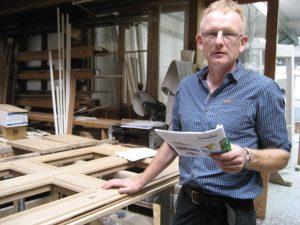 Ewald Thesing verfügt gleich über zwei Titel: Meister im Tischler-Handwerk und Meister im Zimmerer-Handwerk.