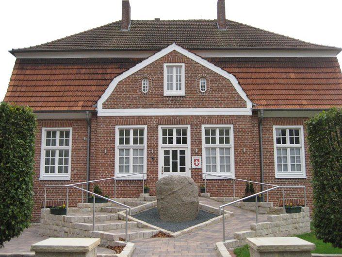 """Das ehemalige Pfarrhaus wurde von Herrn Dr. Bäßmann gekauft und wird vom Heimatverein Oeding e.V. als """"Bürgerhaus"""" betrieben"""