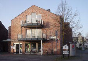 Die 1992 erbaute Grenzapotheke an der Mühlenstraße 2.
