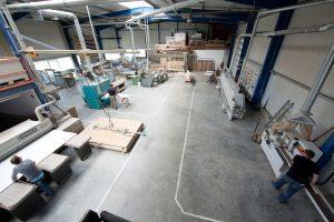 Blick in die helle und modern eingerichtete Halle, ein Funktionsgebäude mit allen technischen Einrichtungen.
