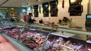 Übersichtliches Angebot auch an der Fleischtheke