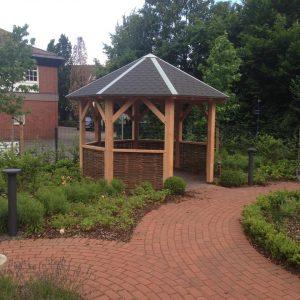 Der Gartenpavillon im Bereich des Henricus-Stiftes wurde vom Team Schüring hergestellt und montiert.