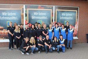 Das Team von Anja Beyer vor dem Markt.