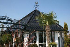 Verkaufspavilion des Unternehmens Gartenkultur Tüber.  Fachgerecht eingedeckt mit Biberschwanz, einem an der Unterkante halbrund geformter Dachziegel.