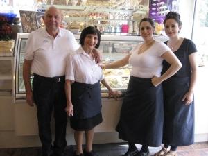 Verstehen die Kunst des Eismachens: Gabriel Trovato und Ehefrau Lina mit den Töchtern Valeria und Carmen.
