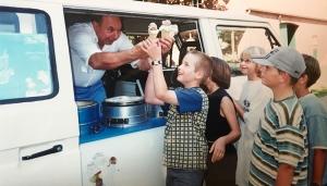 In den 1970er Jahren: Die Kinder sind in freudiger Erwartung und genießen das Eis von Gabriel Trovato.