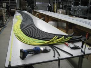 Kabel aller Dimensionen warten auf Verarbeitung