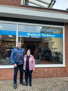 Hubert und Hedwig Telöken vor dem Ladengeschäft