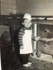Von Kindesbeinen an das Bäckerhandwerk mit allen Sinnen erlebt: Richard Terschluse im Alter von ca. 3 Jahren am Backofen
